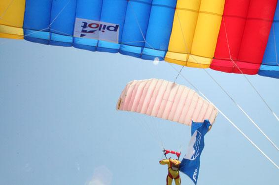 paracaidismo--14-j-06-banderablava-(1).jpg