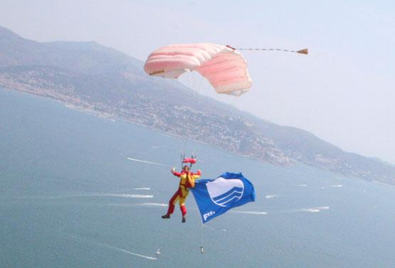 paracaidismo--14-j-06-banderablava.jpg