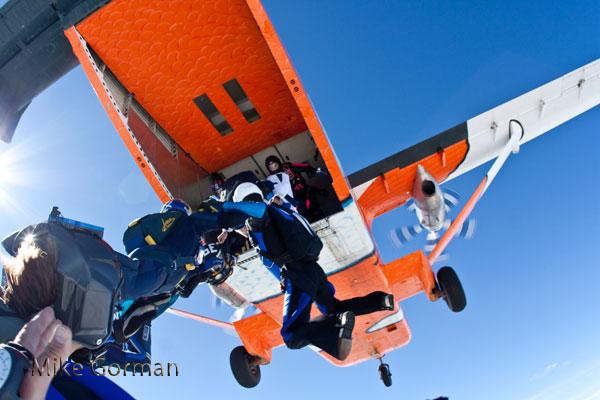 paracaidismo--vetorFest10ByMikeGorman-(1).jpg