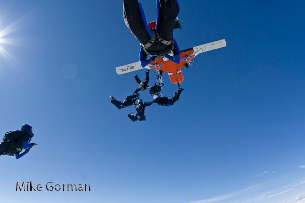 paracaidismo--vetorFest10ByMikeGorman-(2).jpg