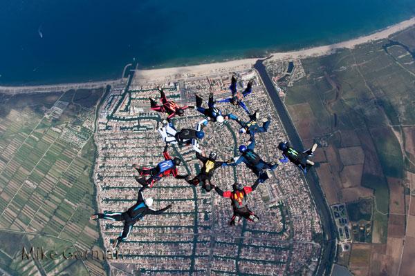 paracaidismo--vetorFest10ByMikeGorman-(3).jpg